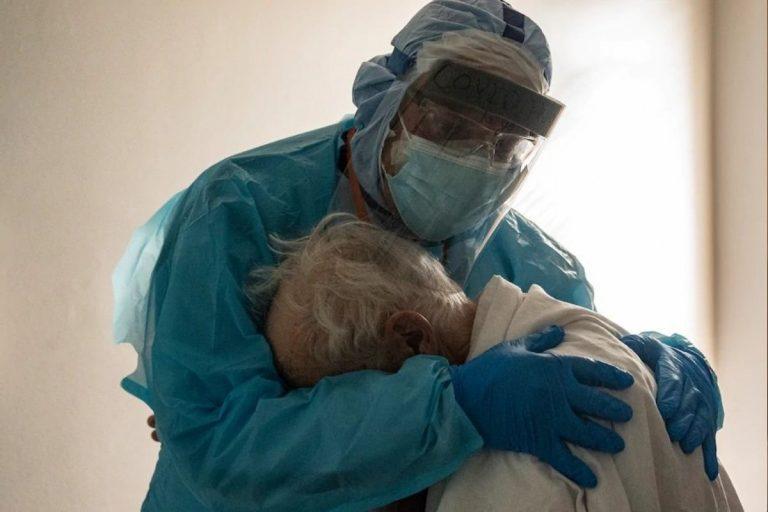 Covid abbraccio medico paziente