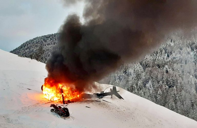 Elicottero precipitato in Alto Adige, illesi i sette occupanti