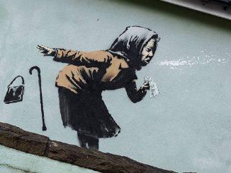 murales banksy nonna starnutisce