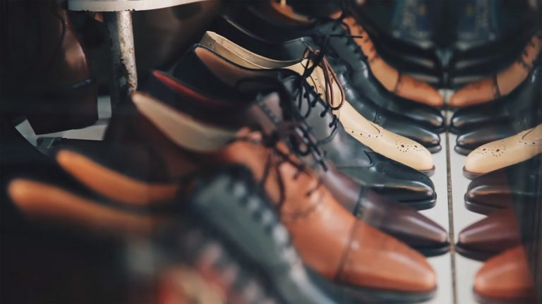 Napoli, ladro ruba delle scarpe da una vetrina e sono tutte sinistre