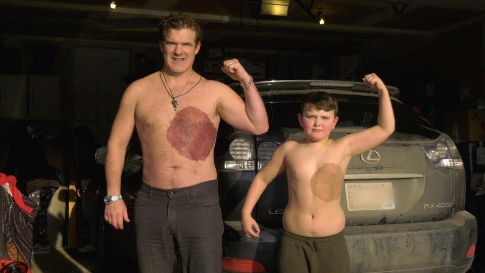 Padre e figlio con lo stesso tatuaggio