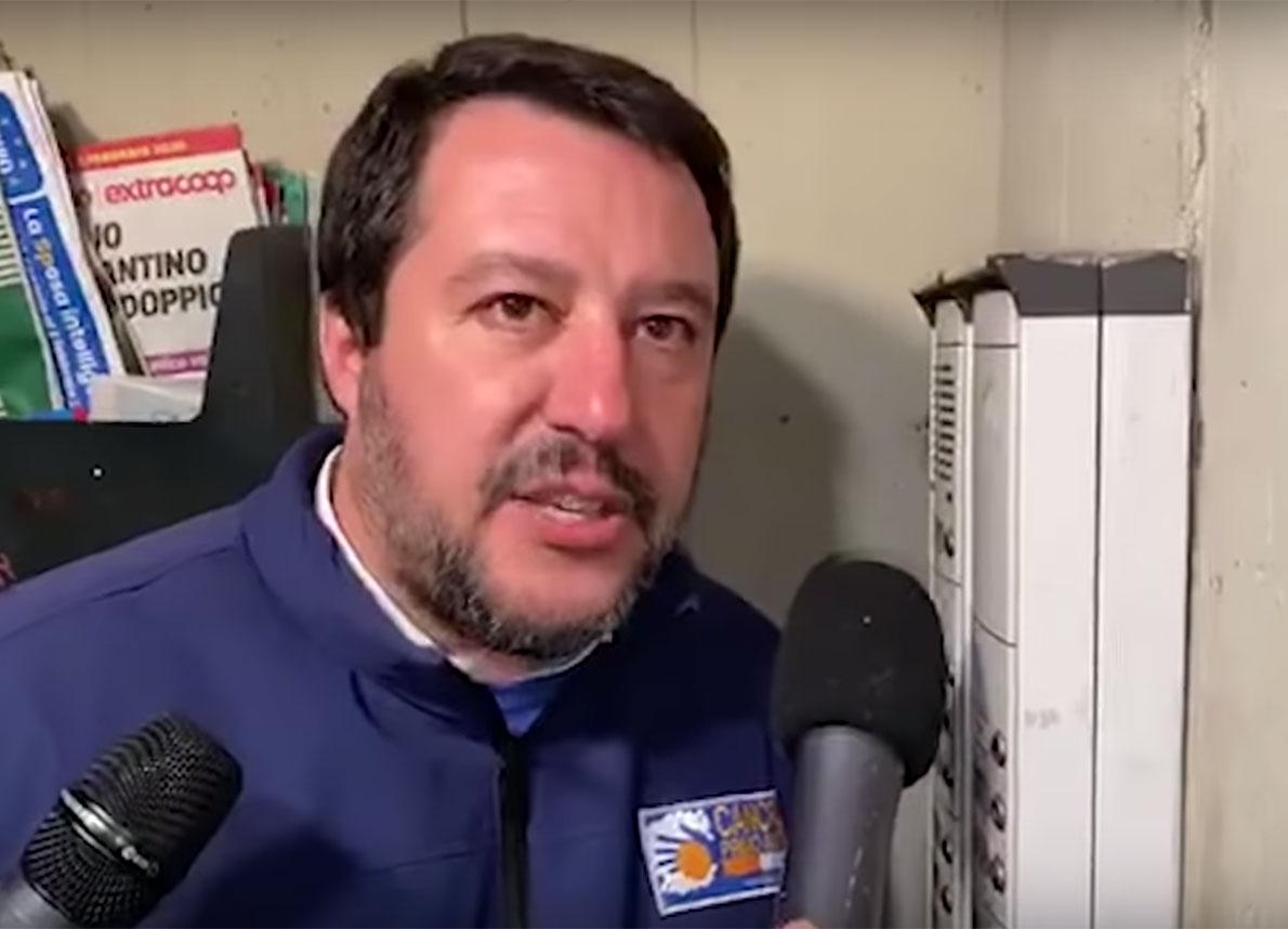 Salvini al citofono col presunto spacciatore: così si spettacolarizza la gogna
