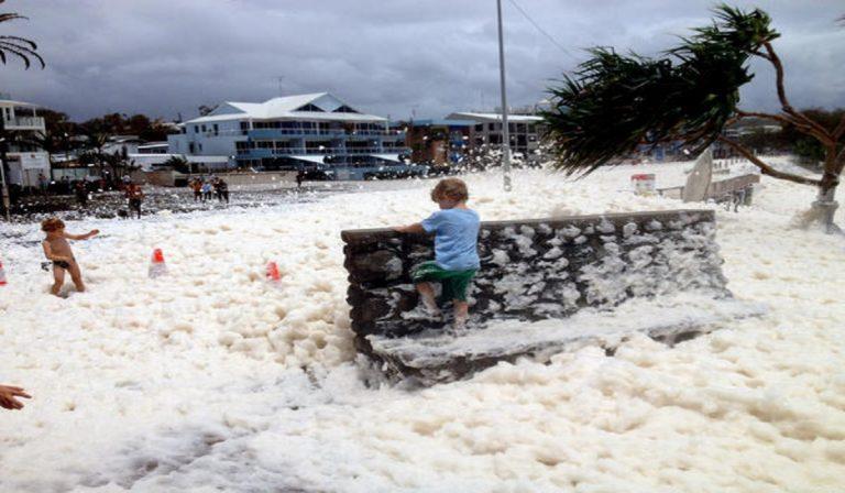 Australia, schiuma in spiaggia: una densa nuvola invade le coste