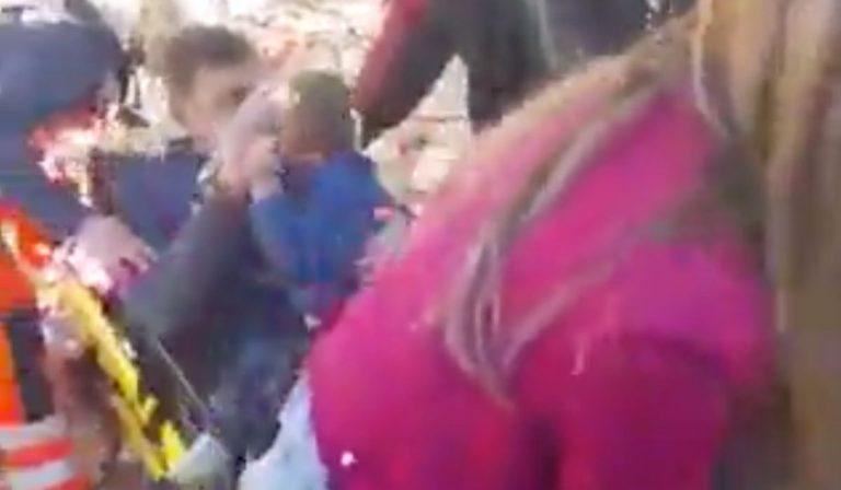 terremoto Croazia abbraccio padre figlio