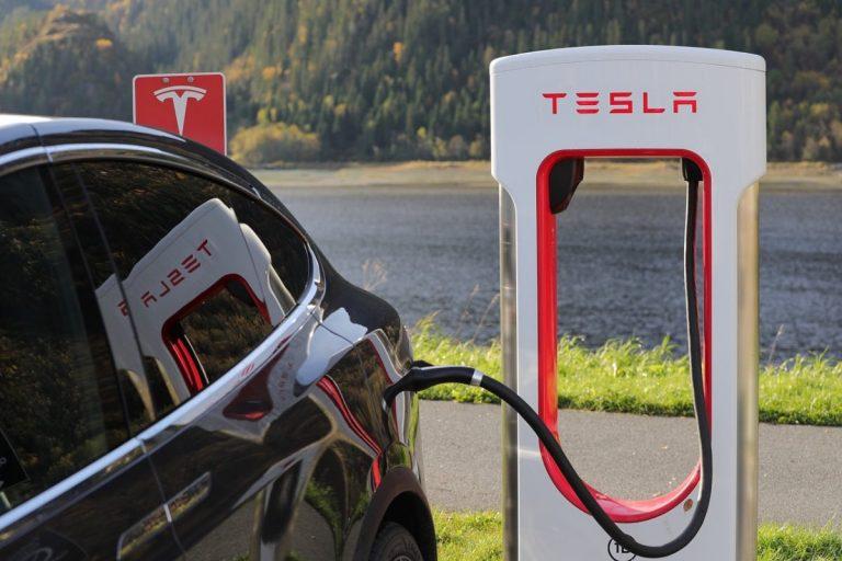 Auto Tesla richiamate per difetti sulla sicurezza