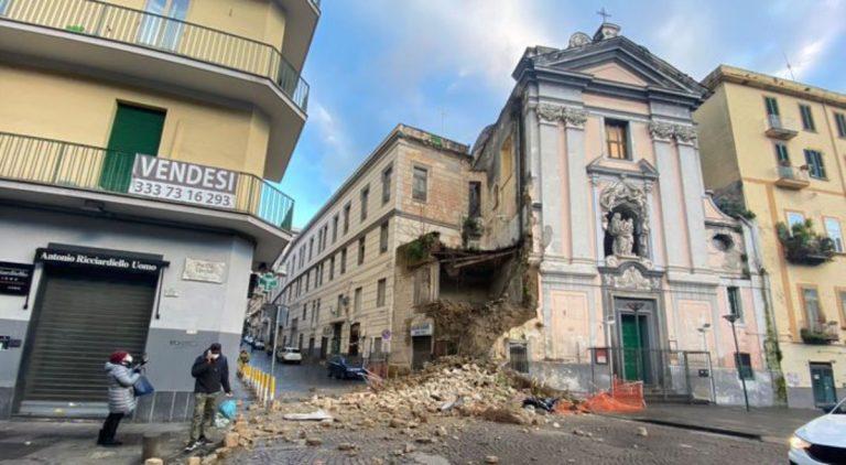 Napoli, crolla facciata della chiesa del Rosario: gente in strada