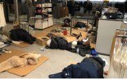 Commessi di Zara costretti a dormire per terra