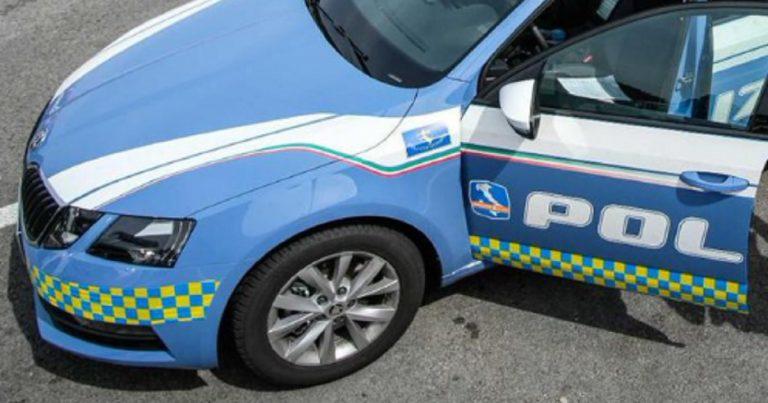 Contromano per 40 km sulla A1: polizia spara agli pneumatici per fermarlo