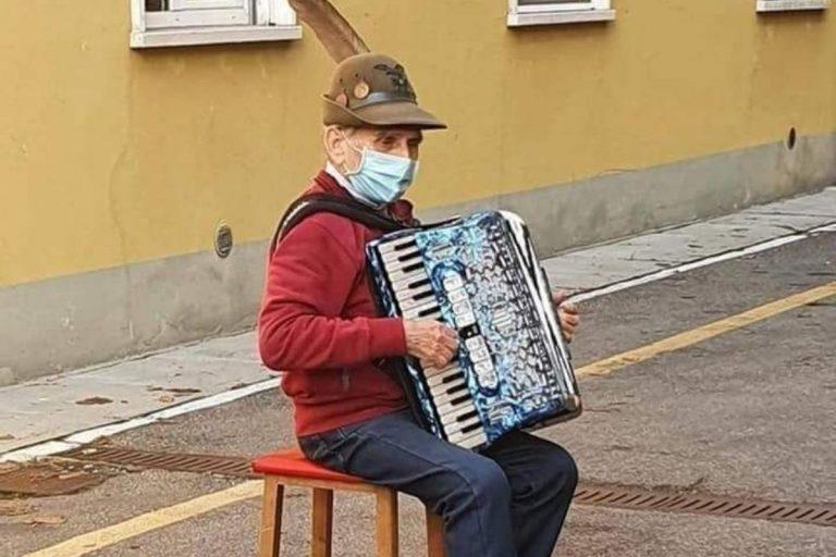 Covid, ricoverato l'alpino che suonava la fisarmonica per la moglie