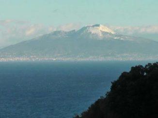 Lo spettacolo del Vesuvio innevato visto da Capri