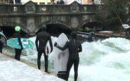 A Monaco di Baviera surf da brividi sull'onda dell'Eisbach