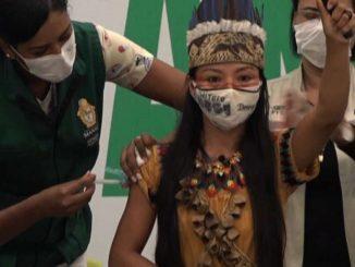 Covid, un'infermiera indigena è la prima vaccinata in Amazonas