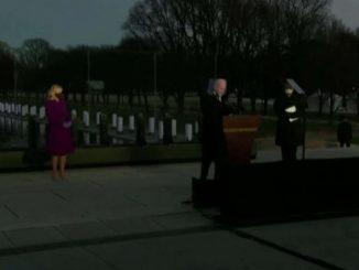 L'omaggio solenne di Biden e Harris alle vittime di Covid-19