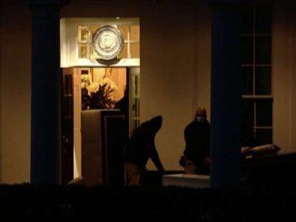Usa, i mobili di Trump portati fuori dalla Casa Bianca