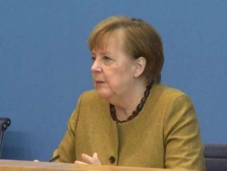 Merkel in affanno su pandemia e piange anziani morti per il Covid