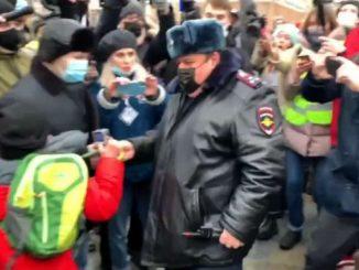 Proteste a Mosca per Navalny, bambino viene preso dalla polizia