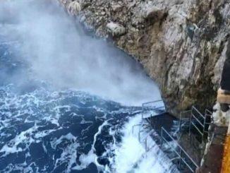 Eccezionale mareggiata a Capri, allarme valanghe al Nord e Centro