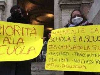 Roma, manifestazione di docenti e studenti: stop a classi pollaio