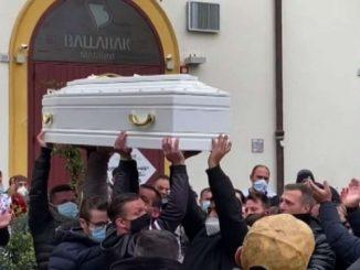 Palermo saluta la bambina morta per asfissia, TikTok sotto accusa