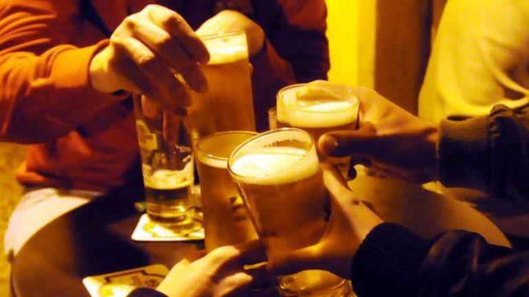 Monza, la nonna dorme e 17 minorenni fanno festa in casa: multati