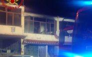 Incendio a Castel Volturno, morto un uomo 38enne: salve moglie e figlia