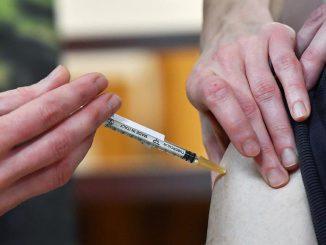 Vaccino Covid, polemiche in Francia per i ritardi nelle somministrazioni