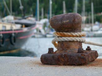 Cima della nave si spezza e colpisce un marinaio: morto