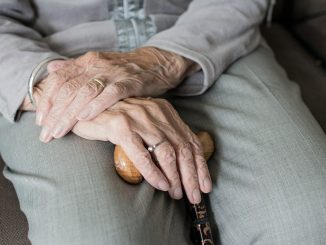 anziana dona eredità in beneficenza