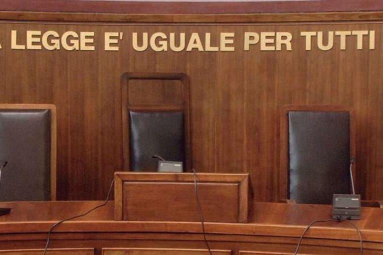 Bologna maestra picchia i bambini