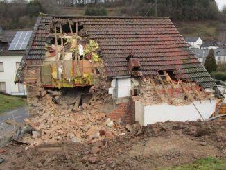 distrutta abitazione con dentro inquilino