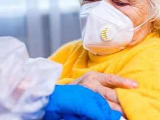 Donne travestite anziane vaccino