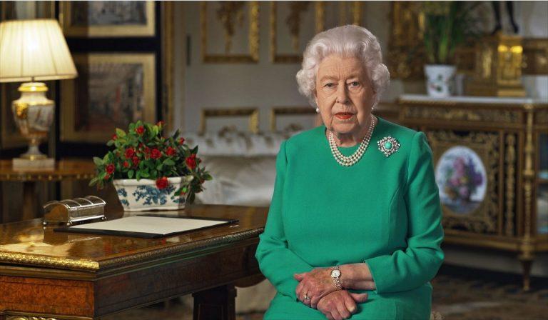 """Regno Unito, la Regina: """"Vaccino, dovere dei cittadini"""""""