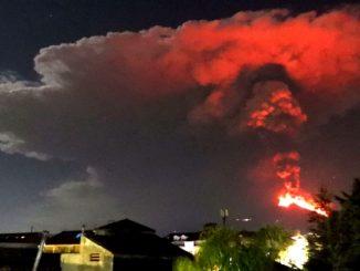 Etna getti di lava mille metri