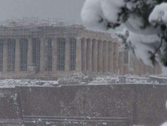 """Neve sull'Acropoli, l'ondata di freddo """"Medea"""" imbianca Atene"""