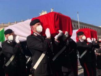 Solenni funerali di Attanasio e Iacovacci, le salme col Tricolore