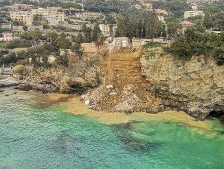 Frana a Camogli, cede il terreno sotto il cimitero: decine di bare in mare