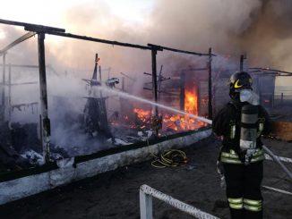Incendio ad Ostia, distrutto stabilimento balneare
