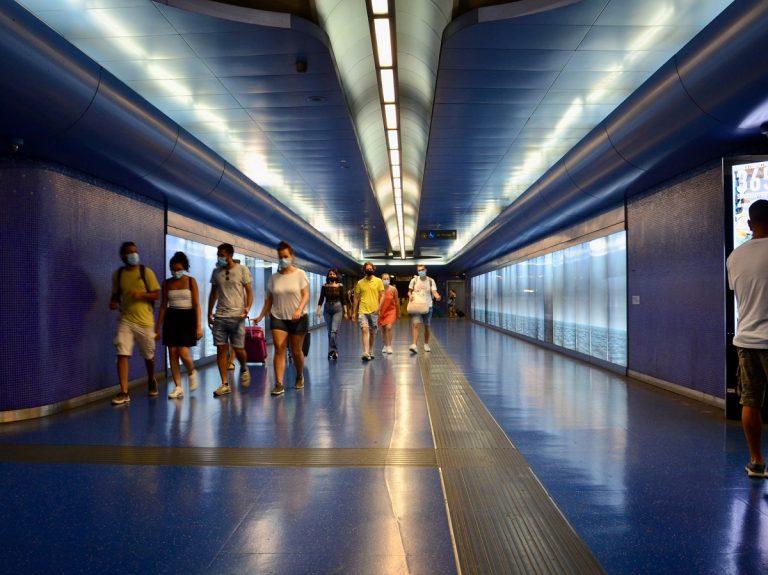 Circolazione limitata, assembramenti sui treni