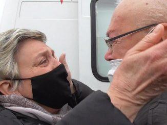 Nonno Giuseppe riabbraccia la moglie dopo la guarigione dal Covid-19