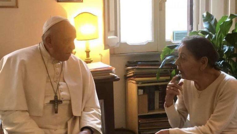 Papa Francesco visita la scrittrice Bruk
