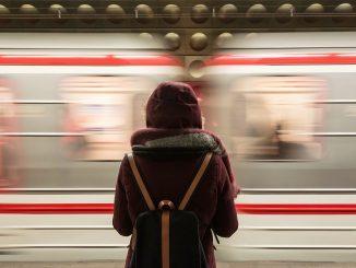 ragazza brasiliana fatta scendere dal treno