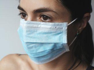 usa, la doppia mascherina è più efficace perchè più aderente al viso