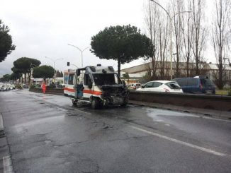 Paura a Cavezzo, ambulanza prende fuoco