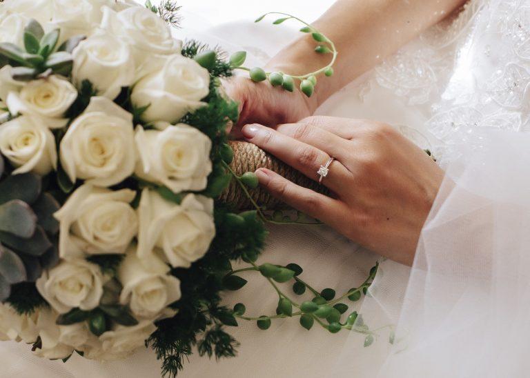 Matrimonio vietato, la sposa scappa e lascia il bouqet