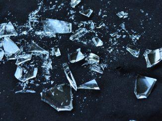 Muore cadendo sulle bottiglie di vetro che le recidono la giugulare
