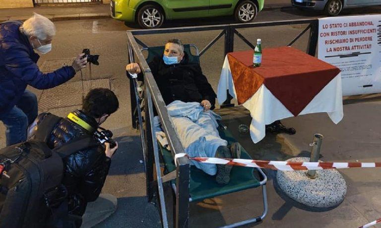 Barista si incatena al dehors per protestare contro i ristori