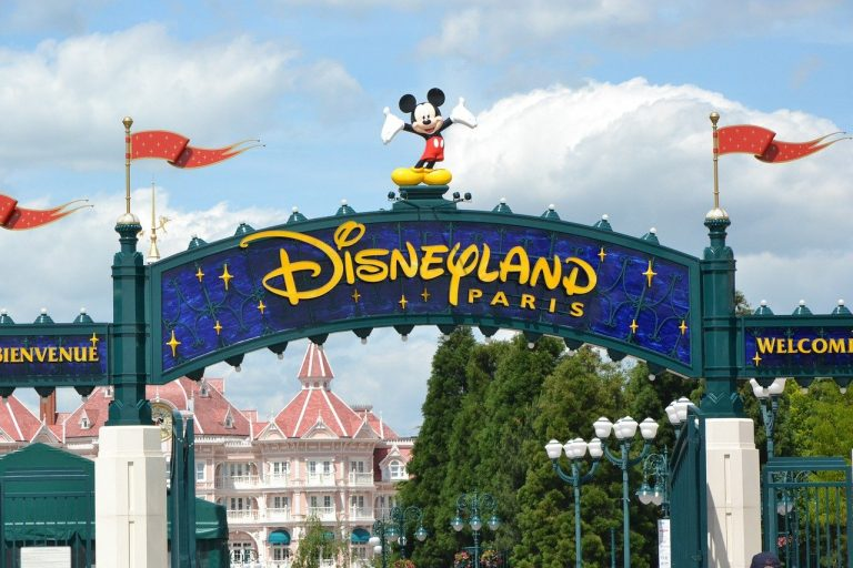 Francia, Disneyland diventa punto vaccinale