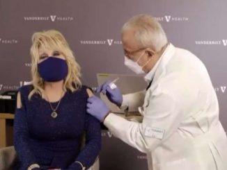 Covid, Dolly Parton si vaccina e canta Jolene che diventa Vaccine