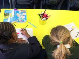 Milioni di bambini tornano a scuola nel Regno Unito dopo 2 mesi