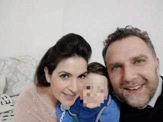 Il piccolo Leo con i genitori